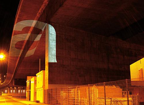 Tobias Battenberg Akzidenz grotesk betűket vetített az éjszakai városban